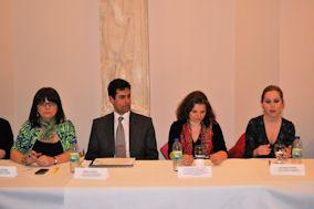 Eleni Fakotakis, Marc Ozgoli, Selin Deravedisyan-Adam, Georgia Pappis στη διάρκεια της συνάντησης 'Απομυθοποίηση της Διαδικασίας Μετανάστευσης'. Photo: ©2013- Me, Greek.