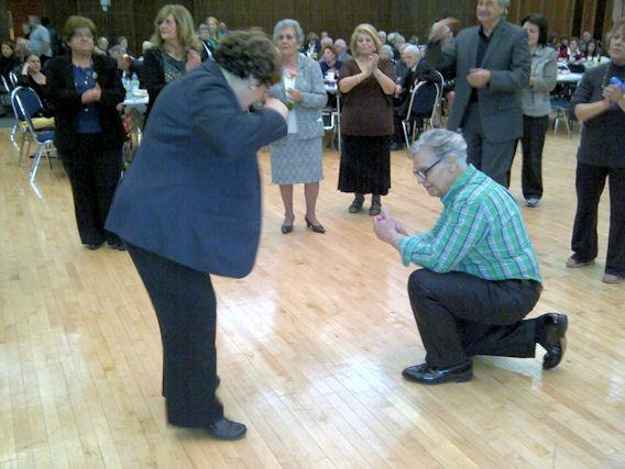 Το ζεϊμπέκικο της Μαίρης. Η Mary Deros χορεύει στο ρυθμό που της δίνει ο Πρόεδρος της ΕΚΜΜ, Νίκος Παγώνης και ολόκληρη η αίθουσα χειροκροτεί. Photo: ©2013, Paris Petrou/Me  Greek