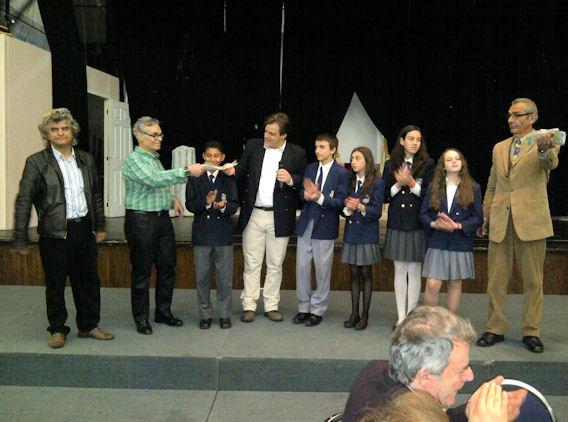 Ο Γενικός Πρόξενος της Ελλάδας στο Μόντρεαλ και διοργανωτής της εκδήλωσης, κ. Θάνος Καφόπουλος ανακοινώνει στον Πρόεδρο της ΕΚΜΜ, κ. Νίκο Παγώνη, και στο κοινό, το ποσό που συγκεντρώθηκε από τον έρανο για τα ελληνικά σχολεία της Κοινότητας. Photo: ©2013, Paris Petrou/Me  Greek