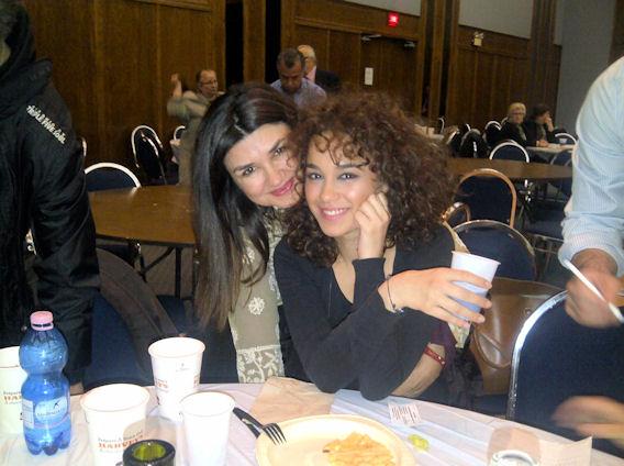 Οι ηθοποιοί Άννα Κουρή και Πηνελόπη Πλάκα χαμογελούν για το φακό του Me, Greek. Photo: ©2013, Paris Petrou/Me  Greek
