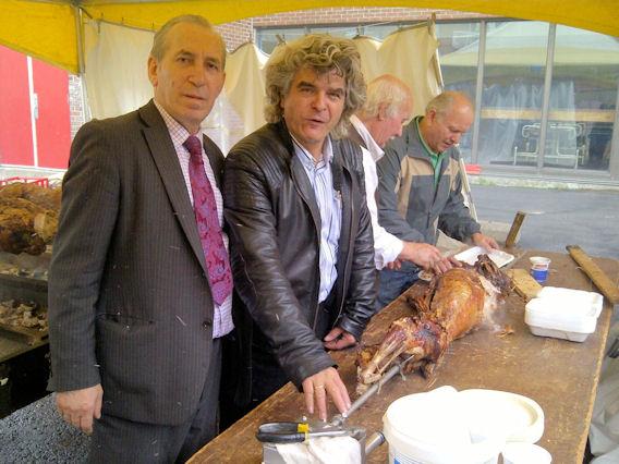 Ο επιχειρηματίας Θανάσης Αργυρίου με τον υπεύθυνο συντονισμού της διοργάνωσης, Ζήση Φωτόπουλο, συμφωνούν πως το αρνί είναι έτοιμο για να σερβιριστεί. Photo: ©2013, Paris Petrou/Me  Greek
