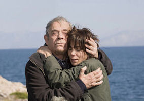 Ο Ηλίας Λογοθέτης και η Μυρτώ Αλικάκη σε σκηνή της ταινίας Το Δέντρο και η Κούνια.
