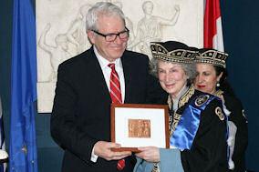 Ο Πρέσβης της Ελλάδας κ. Ελευθέριος Αγγελόπουλος με τη συγγραφέα Margaret Atwood. Photo: Courtesy of the Embassy of Greece in Canada.
