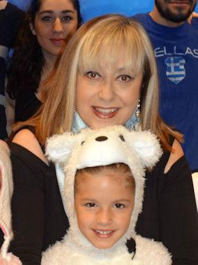 Η συγγραφέας Ιουστίνη Φραγκούλη - Αργύρη με την μικρή Κατερίνα στο ρόλο της Λάρα. Photo: Courtesy of Mrs. Justine Frngoulis - Argyris.