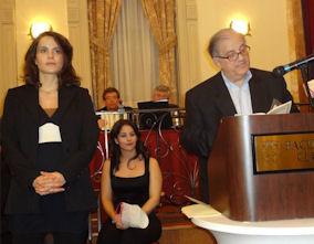 Η Νιόβη Χαϊτά, φοιτήτρια διδακτορικού Βιοϊατρικής του Πανεπιστημίου του Μοντρεάλ βραβεύτηκε με την υποτροφία Κωνσταντίνας Φραγκούλη. Στο βήμα ο Πρόεδρος του Ελληνικού Ιδρύματος Υποτροφιών, δρ. Γιάννης Χατζηνικολάου. Photo: Courtesy of Justine Frangoulis-Argyris.