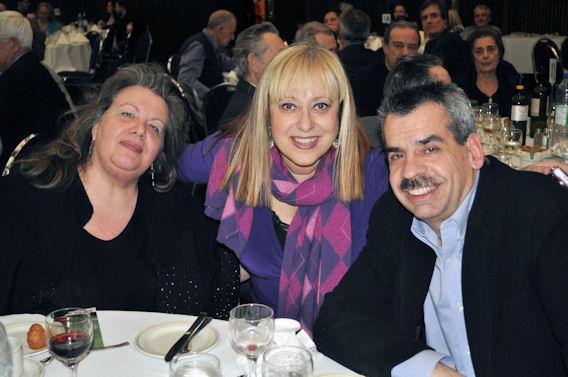 Η δημοσιογράφος Μάνια Σαμπά του Mike FM με την δημοσιογράφο - συγγραφέα Ιουστίνη Φραγκούλη - Αργύρη και τον σύζυγό της, επιχειρηματία Τεντ Αργύρη.
