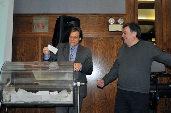 Ο Γενικός Πρόξενος της Ελλάδας στο Μόντρεαλ, Θάνος Καφόπουλος τραβάει τον πρώτο τυχερό λαχνό για $25.000