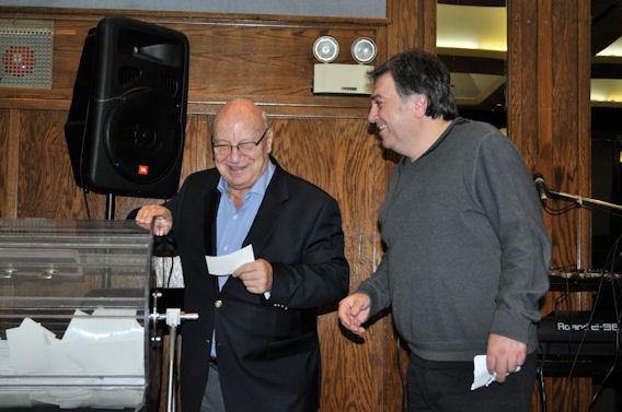 Ο Επίτιμος Πρόεδρος της ΕΚΜΜ, Δημήτριος Μανωλάκος τραβάει έναν από τους τυχερούς λαχνούς.